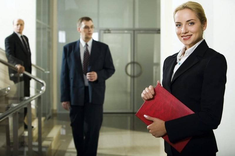 kancelaria prawna prawnicy na korytarzu